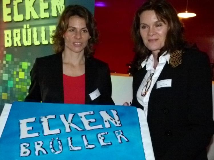 Anke Feller und Ulrike Nasse-Meyfarth mit der Eckenbrüller-Torte (Foto: K.Neddermeyer)