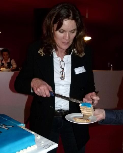 Ulrike Nasse-Meyfahrt verteilt die Torte (Foto: K.Neddermeyer)