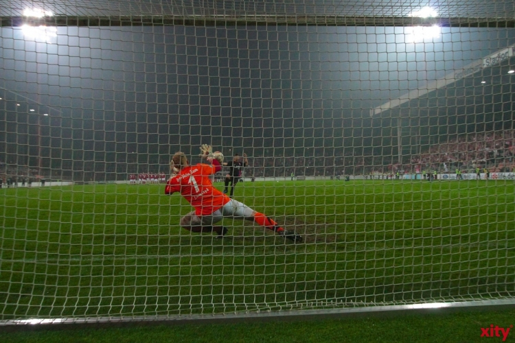 Dennis Lamczyk hält den Strafstoß von Harun Celebi und bringt sein Team in das Niederrheinpokal-Finale. (xity-Foto: M. Völker)