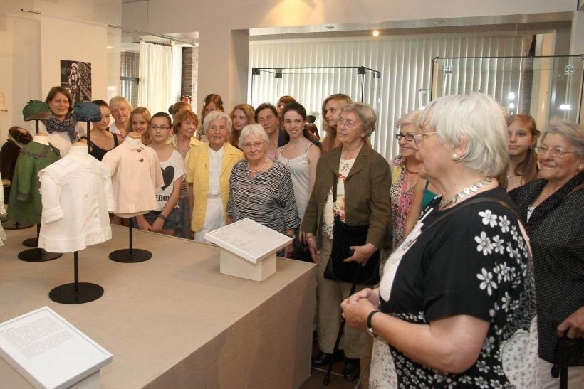 """Schülerinnen begleiteten Senioren durch Ausstellung """"Der Kinder bunte Kleider"""" (Foto: Stadt Krefeld)"""