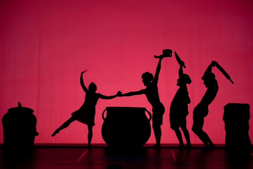 """Mit """"Shadowland"""" erlebt das Publikum eine weitere, neue Dimension von Schatten und Tanz in poetisch ineinanderfließenden Bildern (Foto: Emmanuel Donny)"""