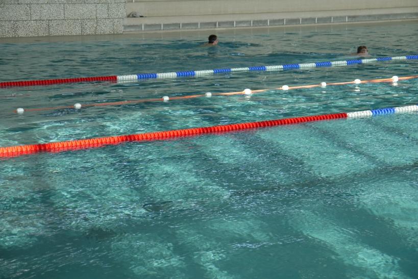 Neue Schwimmbretter, Schwimmgürtel und die begehrten Taucherbrillen und Ringe werden Wasserratten ein noch größeres Vergnügen bereiten (xity-Foto: E. Aslanidou)
