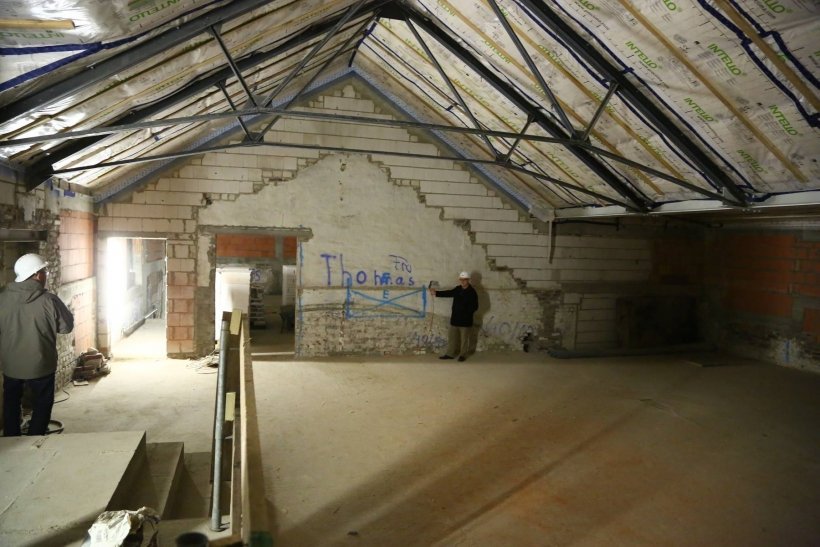 Dr. Martin Hentschel, Leiter der Kunstmuseen Krefeld, im angehobenen Dachgeschoss. Im Thorn-Prikker-Saal werden die Fenster auf ihre ursprüngliche Größe zurückgebaut. (Foto: Stadt Krefeld)