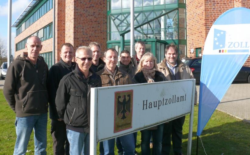 Das Foto zeigt einen Teil des Kfz-Steuer-Teams des Hauptzollamtes Krefeld (Foto: Hauptzollamt Krefeld)