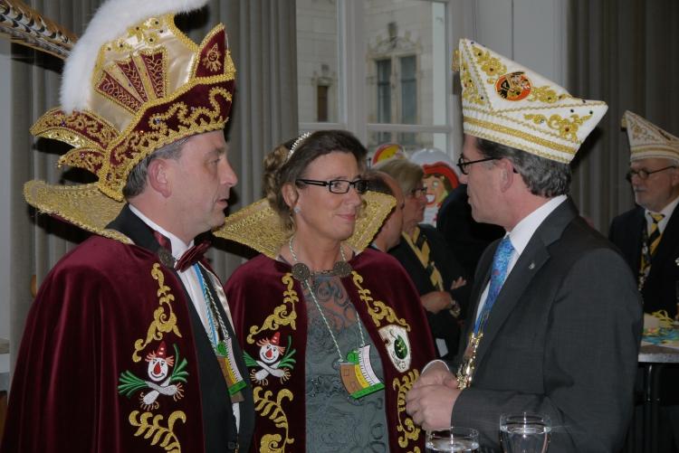 Oberbürgermeister Kathstede verteilte an alle Krefelder Lebkuchenherzen und bedankte sich für die tolle Unterstützung. (xity-Foto: E. Aslanidou)
