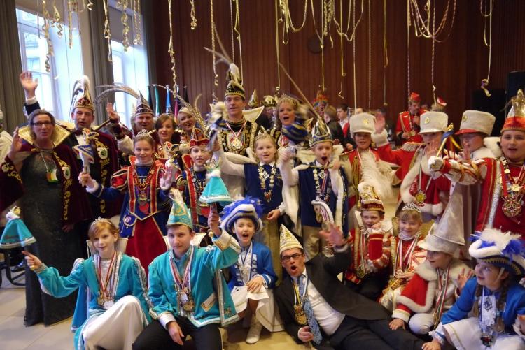 Es wurde getanzt, geschunkelt und Karnevals Klassiker wurden lautstark mitgesungen. (xity-Foto: E. Aslanidou)