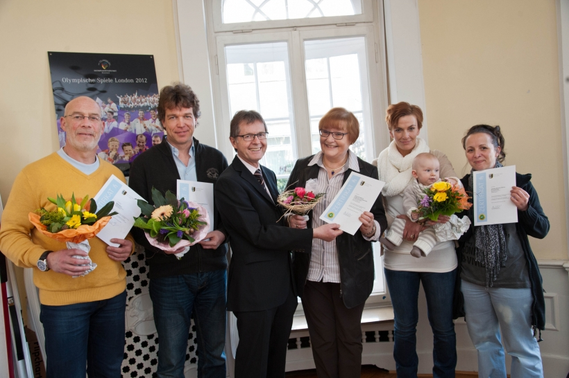 """Gesundheitsdezernent Karsten Mankowsky (Dritter von links) übergab Zertifikate an die Vertreter der Dienste, die im Bereich """"Betreutes Wohnen von Behinderten"""" geprüft worden waren. (Foto:S. Büntig)"""