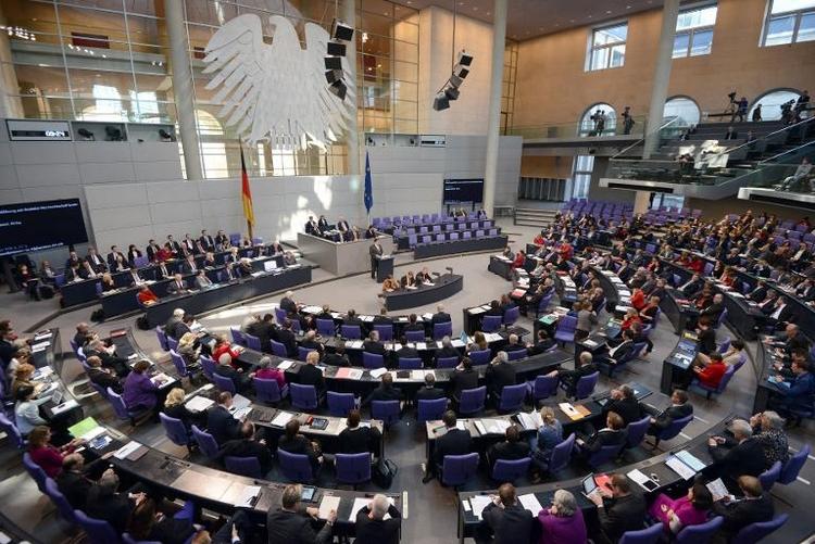 Bundestag berät über höhere Diäten (© 2014 AFP)