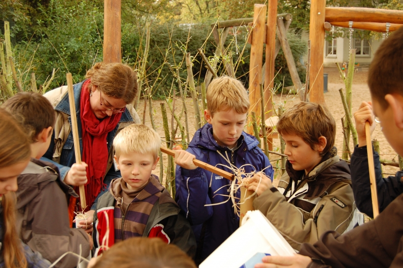 Kinder unterstützen die Tierbeschäftigung (Foto: Zoo Krefeld)