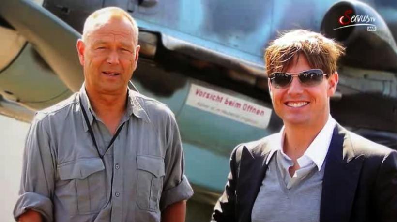 Die Pilotenlegende und der Weltstar: Walter Eichhorn und Tom Cruise verstanden sich auf Anhieb. Am Rande der Filmaufnahmen zu >Valkyrie< gab es für beide nur ein Thema: Das Fliegen. Foto: Servus-TV-Screenshot.