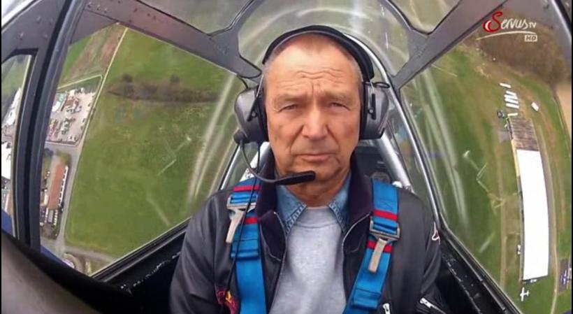 Im Cockpit seiner >ollen< North-American T-6 fühlt sich der >Stifftekopp< auch heute mit 77 immer noch am wohlsten. Foto: Servus-TV-Screen-Shot