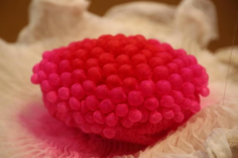 Yasuko Iyanaga aus Japan lässt diese filigranen Objekte im Raum schweben, deren Inneres sie in Pink eingetaucht hat (Foto: Stadt Krefeld)