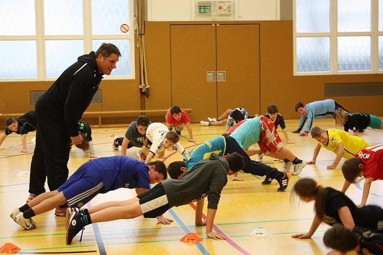 Die Ex-Fußball-Bundesliga-Profis Marcel Witeczek und Michael Klinkert waren am Ricarda-Huch-Gymnasium, um die Schüler in Sachen Körperkoordination zu trainieren (xity-Foto: E. Aslanidou)