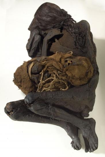 Peruanische Frauenmumie mit zwei Kindern aus der Sammlung der Reiss-Engelhorn-Museen Mannheim (Foto: Jean Christen, Reiss-Engelhorn-Museen)