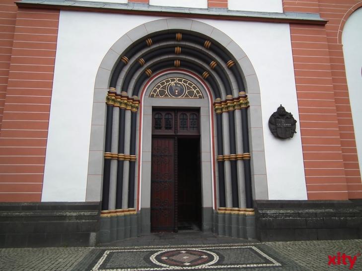 Hinweis auf Gerresheimer Basilika auf Autobahn (xity-Foto: N. Neuhaus)