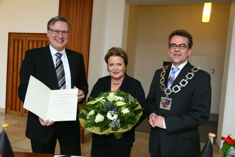 OB Gregor Kathstede (rechts) überreichte Walter Jansen das Verdienstkreuz am Bande des Verdienstordens der Bundesrepublik Deutschland. Mit ihm freut sich Ehefrau Anke Jansen. (Foto: Stadt Krefeld)