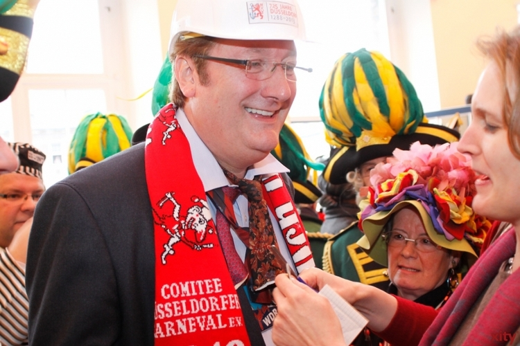 Wie schon im vergangenen Jahr wird es auch heute an Altweiber der Krawatte von Oberbürgermeister Dirk Elbers an den Kragen gehen (xity-Foto: D. Creutz)