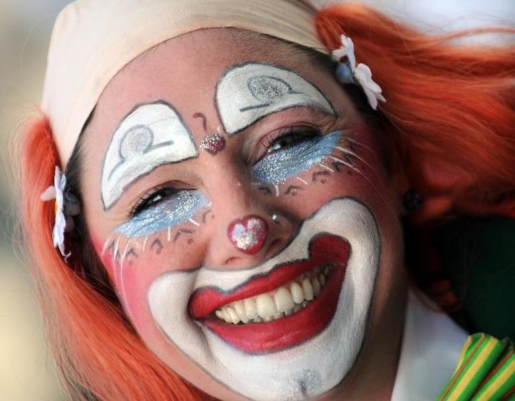 Narren starten in den Straßenkarneval (© 2014 AFP)