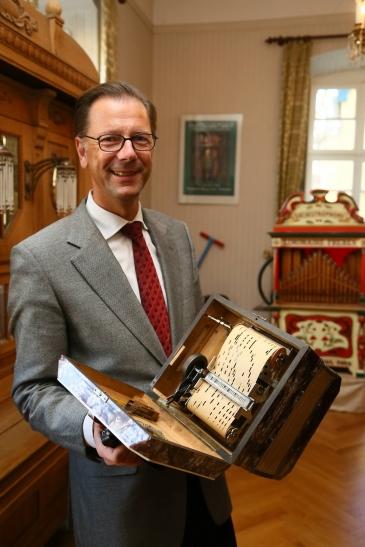 Museumsführer Rainer Scharl mit einem der neuen Instrumente. (Foto: Stadt Krefeld)