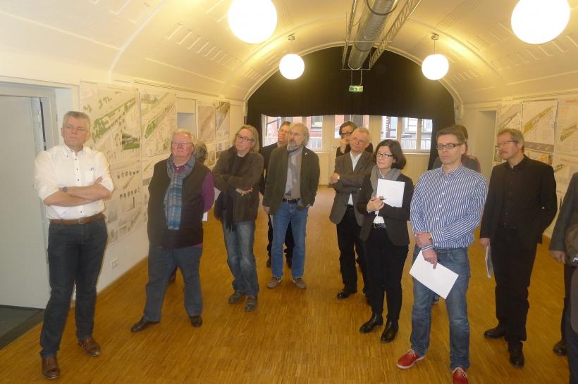 Die Jury berät über die Entwürfe zur Stadtterrasse.  (Foto: Stadt Krefeld)