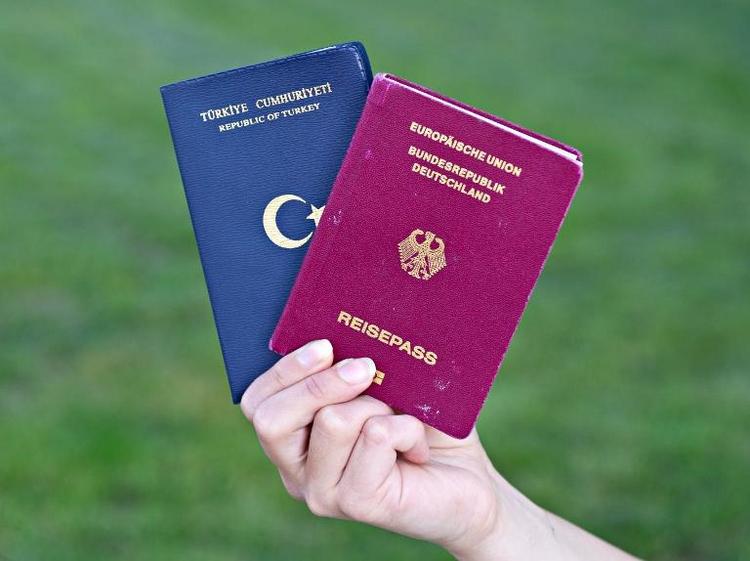 Rot-grüne Länderinitiative zum Doppelpass empört Union (© 2014 AFP)