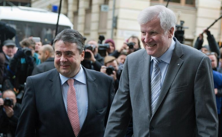 Seehofer wirft Gabriel Geschwätzigkeit vor (© 2014 AFP)