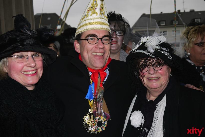 Oberbürgermeister Gregor Kathstede gab zwar sein Bestes, hatte aber gegen die Übermacht der Möhnen keine Chance. (xity-Foto: E. Aslanidou)