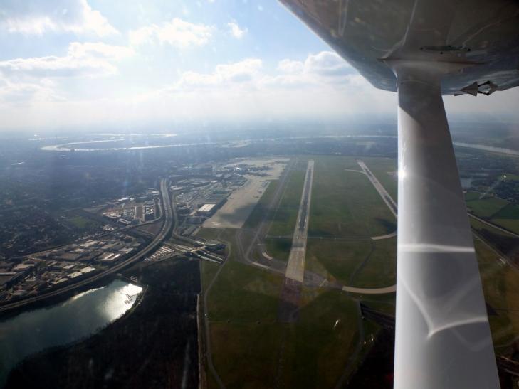 Im Ultraleichtflugzeug FK9 über dem Airport Düsseldorf (Foto: Segelflug Krefeld e. V.)