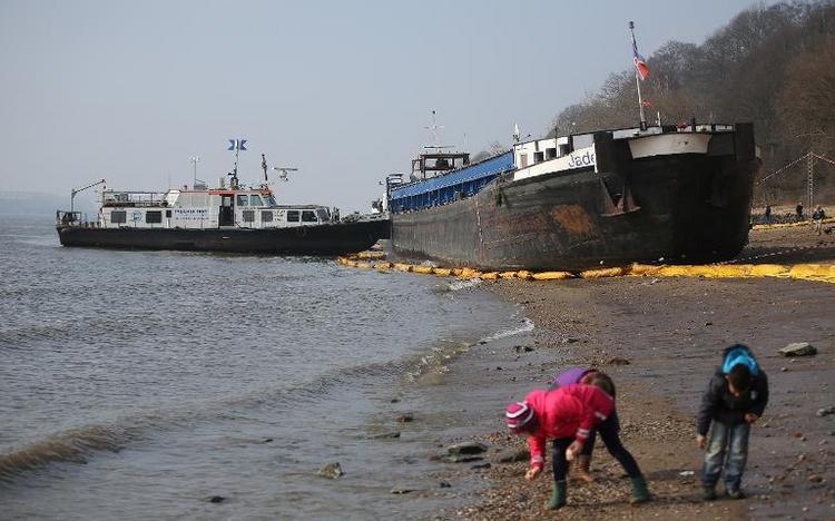 Frachter rammt Binnenschiff im Hamburger Hafen (© 2014 AFP)