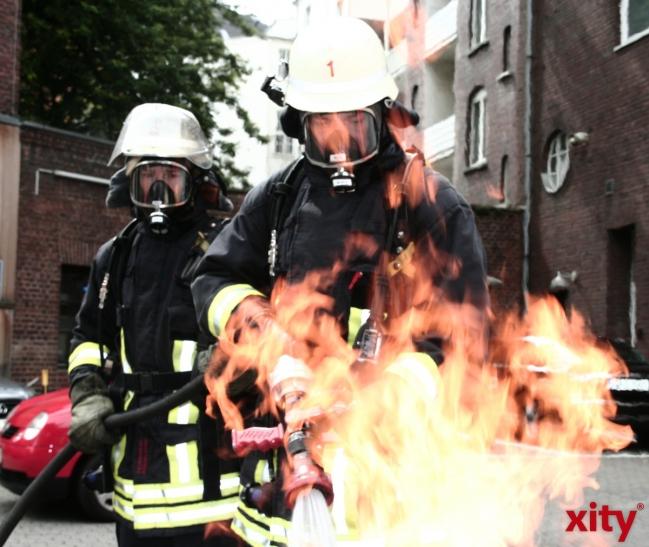Die Feuerwehr Krefeld löscht eine rund 40 mal 50 Meter große Halle eines holzverarbeitenden Betriebes an der Dakerstraße in Gellep-Stratum. (xity-Foto: M. Völker)