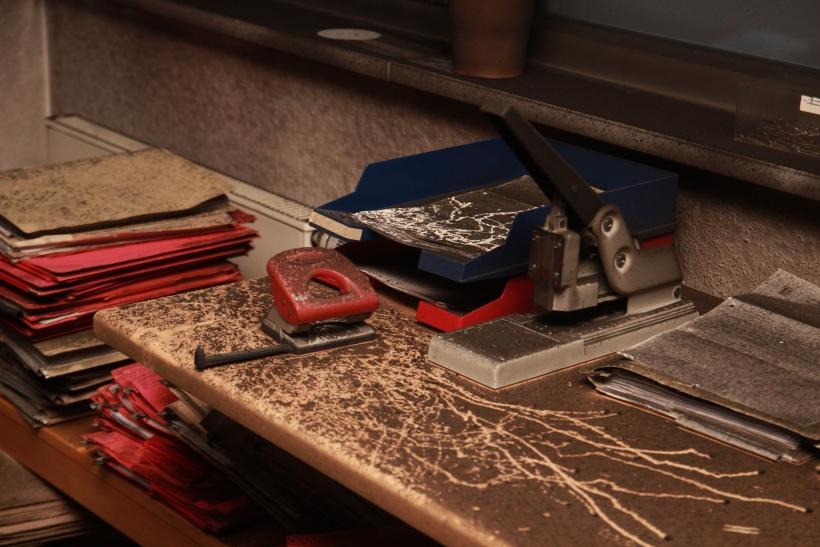 Schreibtische, Aktenordner, Wände und Boden sind von einer dicken Rußschicht bedeckt (xity-Foto: P. Basarir)
