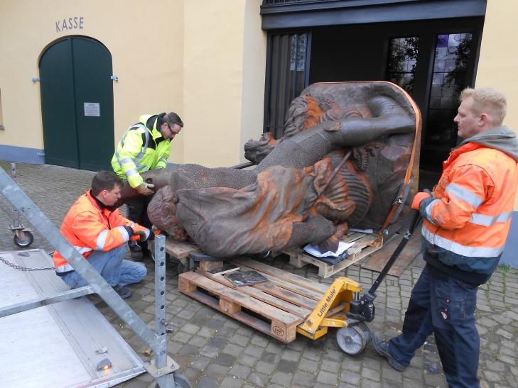 """Die Bronzefigur des """"Eisernen Georg"""" wurde aus dem Museum Burg Linn zur Zeche Zollverein gebracht. (Foto: Stadt Krefeld)"""