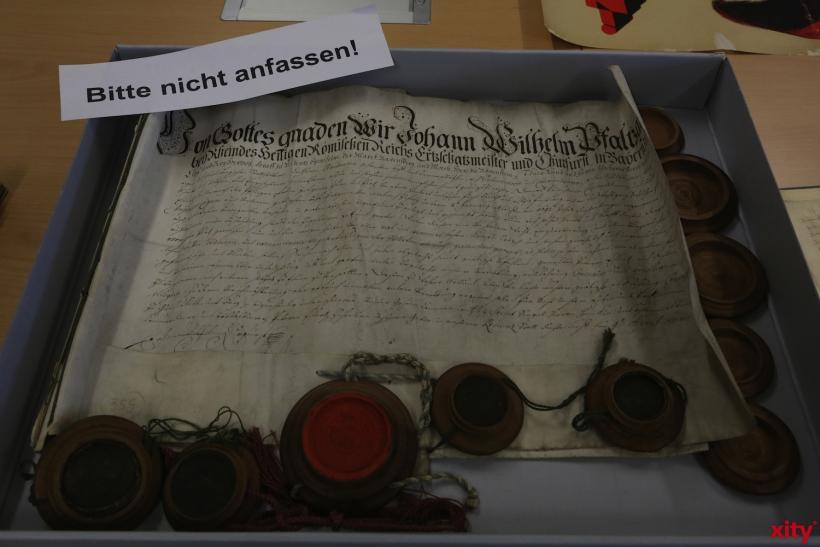 Urkunde unterschrieben von Jan Wellem (xity-Foto: D. Creutz)