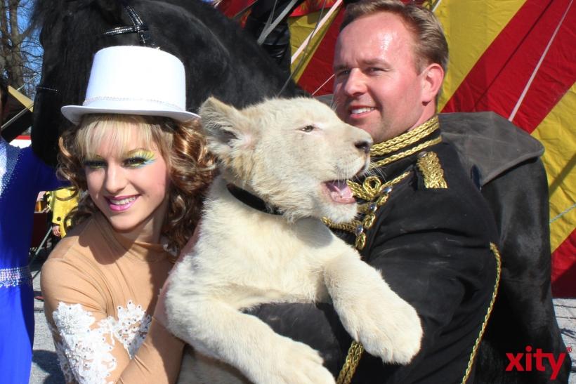 Adele und Ludvik Berousek mit dem kleinen Löwenbaby Simba (xity-Foto: P. Basarir)
