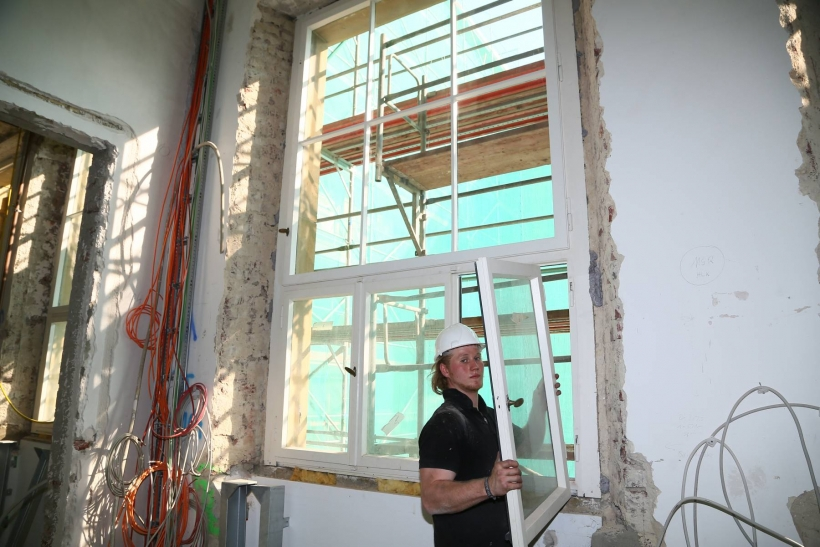 Im Kaiser-Wilhelm-Museum hat der Wiedereinbau der circa 100 Jahre denkmalwürdigen Bestandsfenster begonnen. (Foto: Stadt Krefeld)