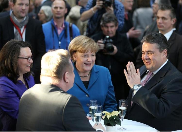 Andrea Nahles fühlt sich in Merkels Gegenwart sicher (© 2014 AFP)