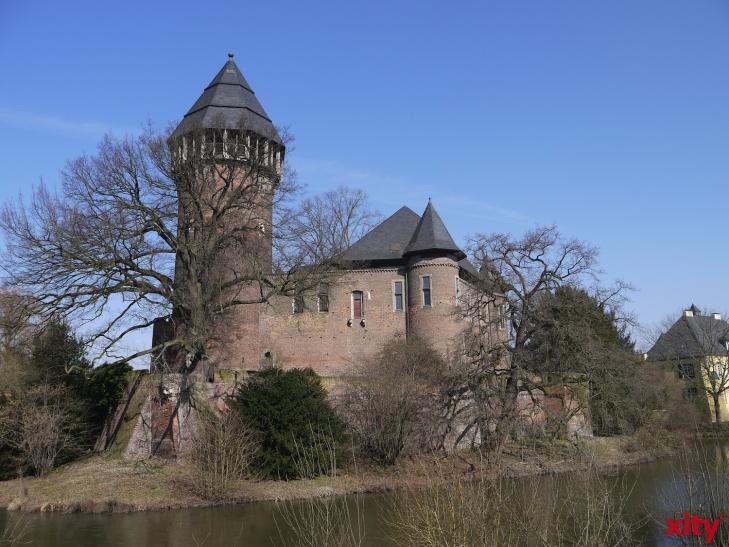 """Dr. Christoph Dautermann, stellvertretender Leiter des Museums Burg Linn, leitet die Führung """"Die spätmittelalterliche Burg Linn"""". (xity-Foto: E. Aslanidou)"""
