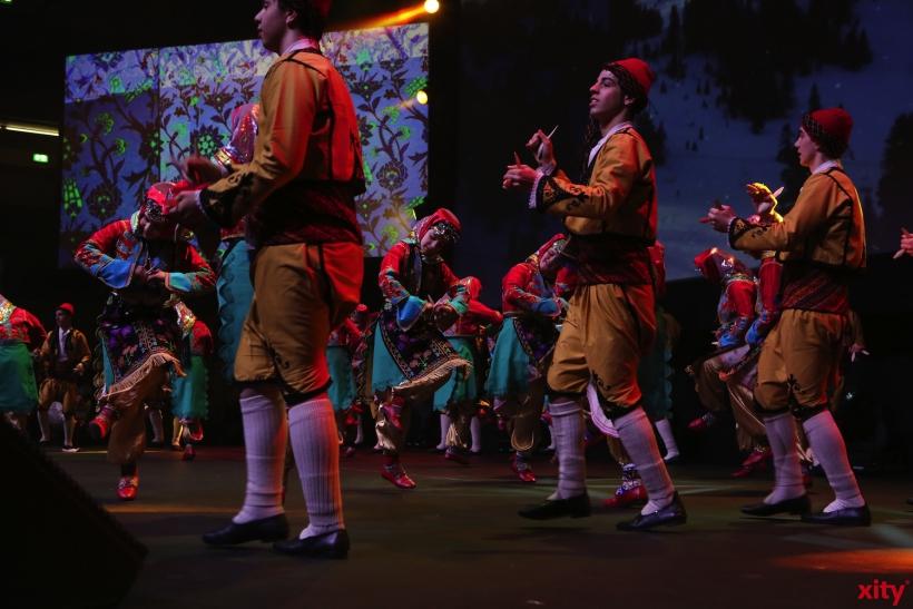 Farbenfrohe Tanzgruppe (xity-Foto: D. Creutz)
