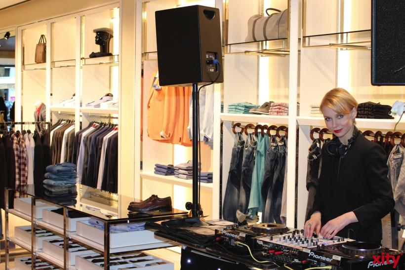 Die DJane legte elektronische Beats zum Walk der Models auf (xity-Foto: H.Müller)