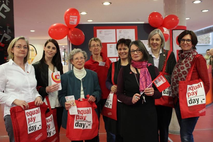 Krefelds Gleichstellungsbeauftragte Heike Hinsen informierte in der Mediothek, gemeinsam mit Mitgliedern des Frauenpolitischen Forums über den Equal Pay Day. (xity-Foto: E. Aslanidou)