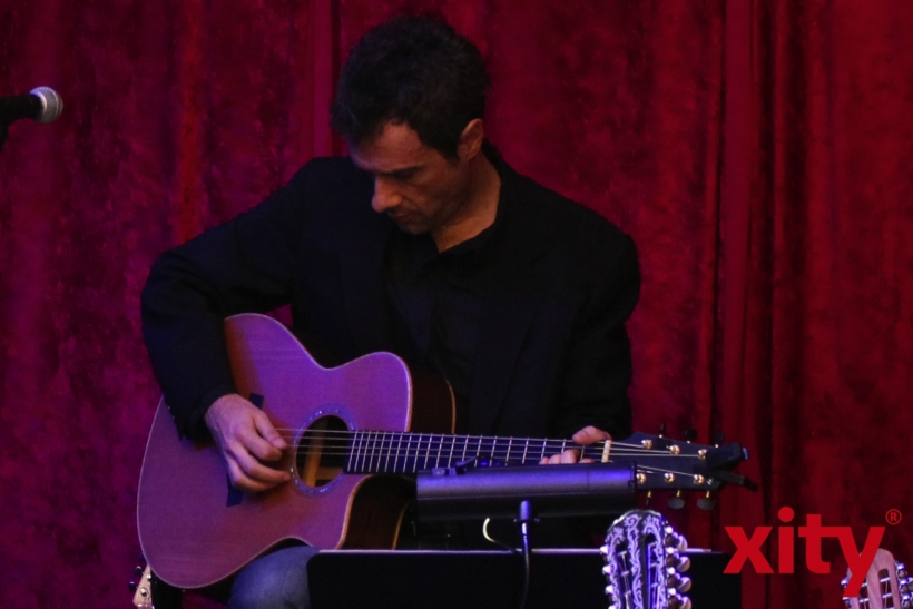In einer fast schon familiären Atmosphäre nahm Yiannis Kotsiras die Zuschauer mit auf eine gefühlvolle Reise durch seine einzigartigen Lieder. (xity-Foto: E. Aslanidou)