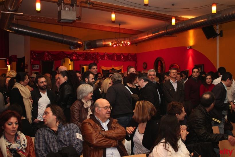 Ein gemischtes Publikum wartete ungeduldig auf den Auftritt des Künstlers. (xity-Foto: E. Aslanidou)