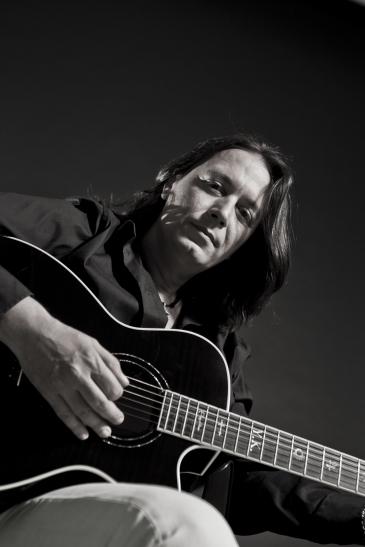 Jedes seiner Lieder wurde beim ersten Klang der Gitarre mit einem tosenden Beifall begrüßt. (Foto: Yiannis Kotsiras the official Website)