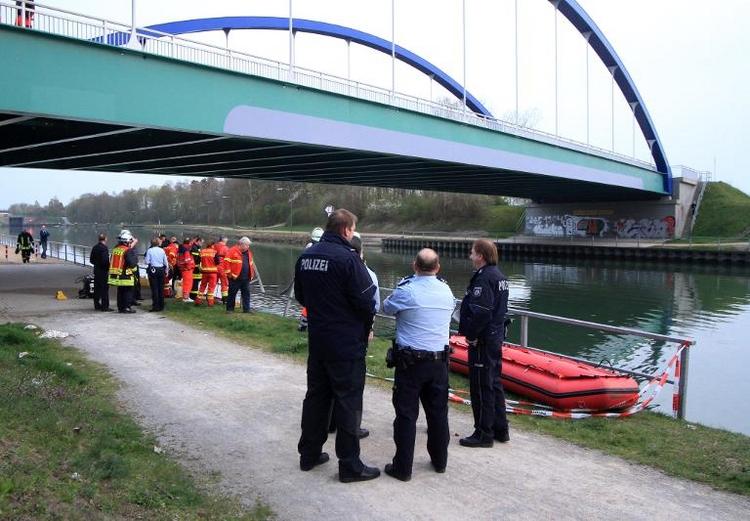 Auto stürzt in NRW von Brücke: Vier Tote (© 2014 AFP)
