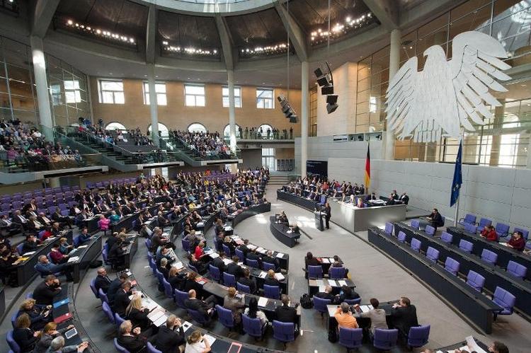 Studie: Mandat im Bundestag kann der Karriere schaden (© 2014 AFP)