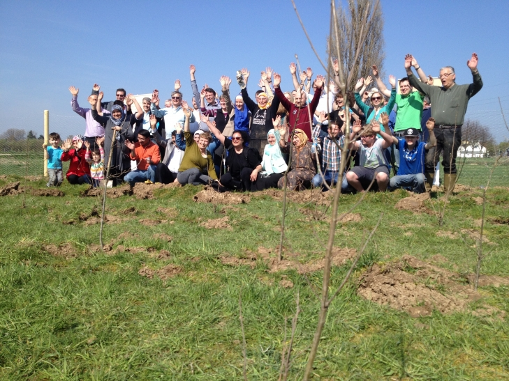 Christen und Muslime haben in Oppum 1700 Bäume gepflanzt. (Foto: Stadt Krefeld)