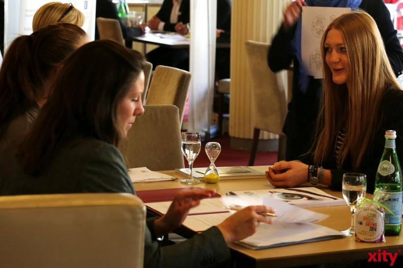 Schülerinnen und Schüler nutzen die Möglichkeit, Kontakte zuknüpfen. (xity-Foto: D. Creutz)