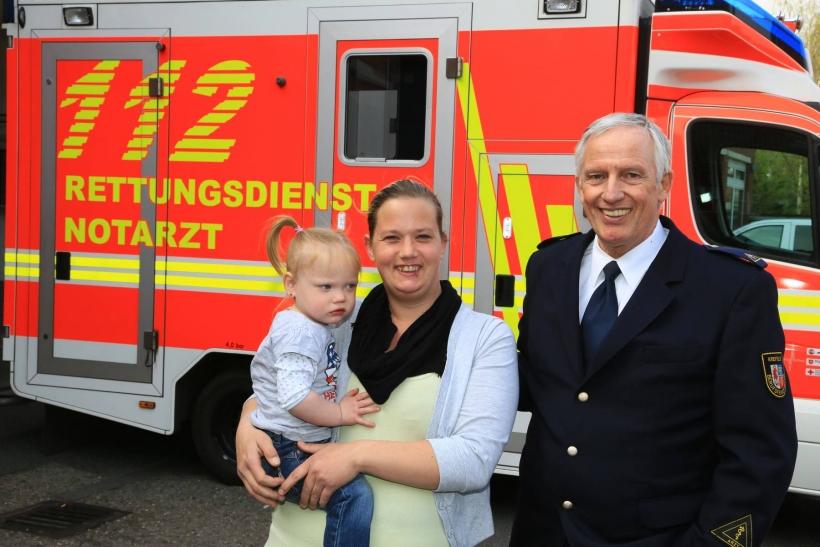 """""""Lebensretterin"""" Katja Hufen mit Tochter Lisa und dem ärztlichen Leiter des Rettungsdienstes der Stadt Krefeld, Dr. Uli Lenssen. (Foto: Stadt Krefeld)"""