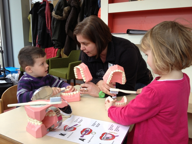 Martina Schuffels vom Fachbereich Gesundheit erklärt Kita-Kindern das richtige Zähneputzen nach der KAI-Zahnputztechnik. (Foto: Archiv Stadt Krefeld)