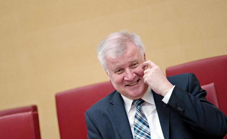 Seehofer verschläft Telefonschalte mit Merkel (© 2014 AFP)